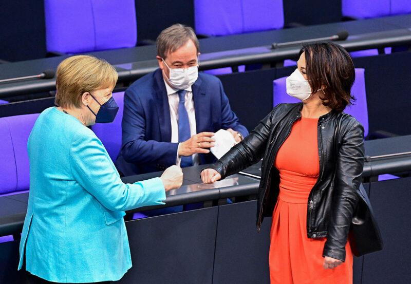 Väistyvä liittokansleri Angela Merkel (vas.) tervehti vihreiden kansleriehdokasta Annalena Baerbockia Saksan parlamentissa 24. kesäkuuta. CDU:n kansleriehdokas Armin Laschet seurasi taustalta.