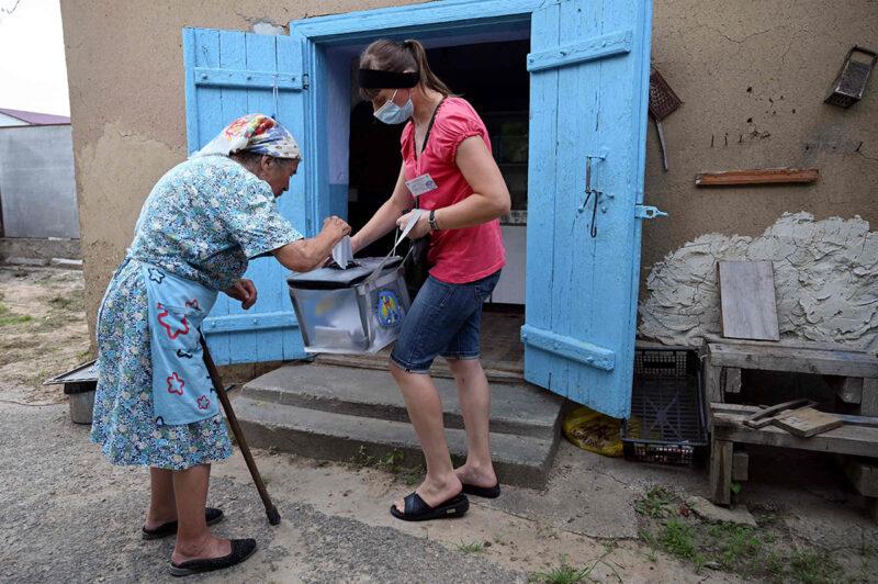 Moldovassa järjestettiin parlamenttivaalit heinäkuussa. Nainen äänesti Gura Biculuin kylässä.