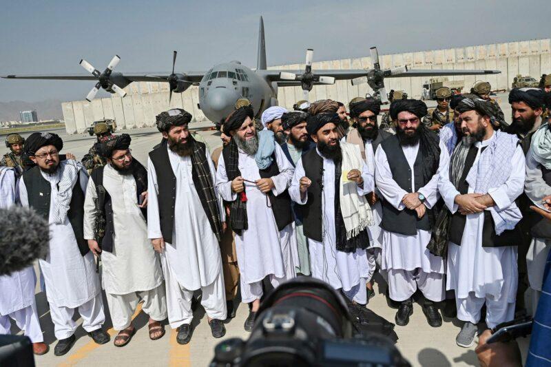 Talibanin tiedottaja Zabihullah Mujahid puhui medialle Kabulin lentokentällä 31. elokuuta.