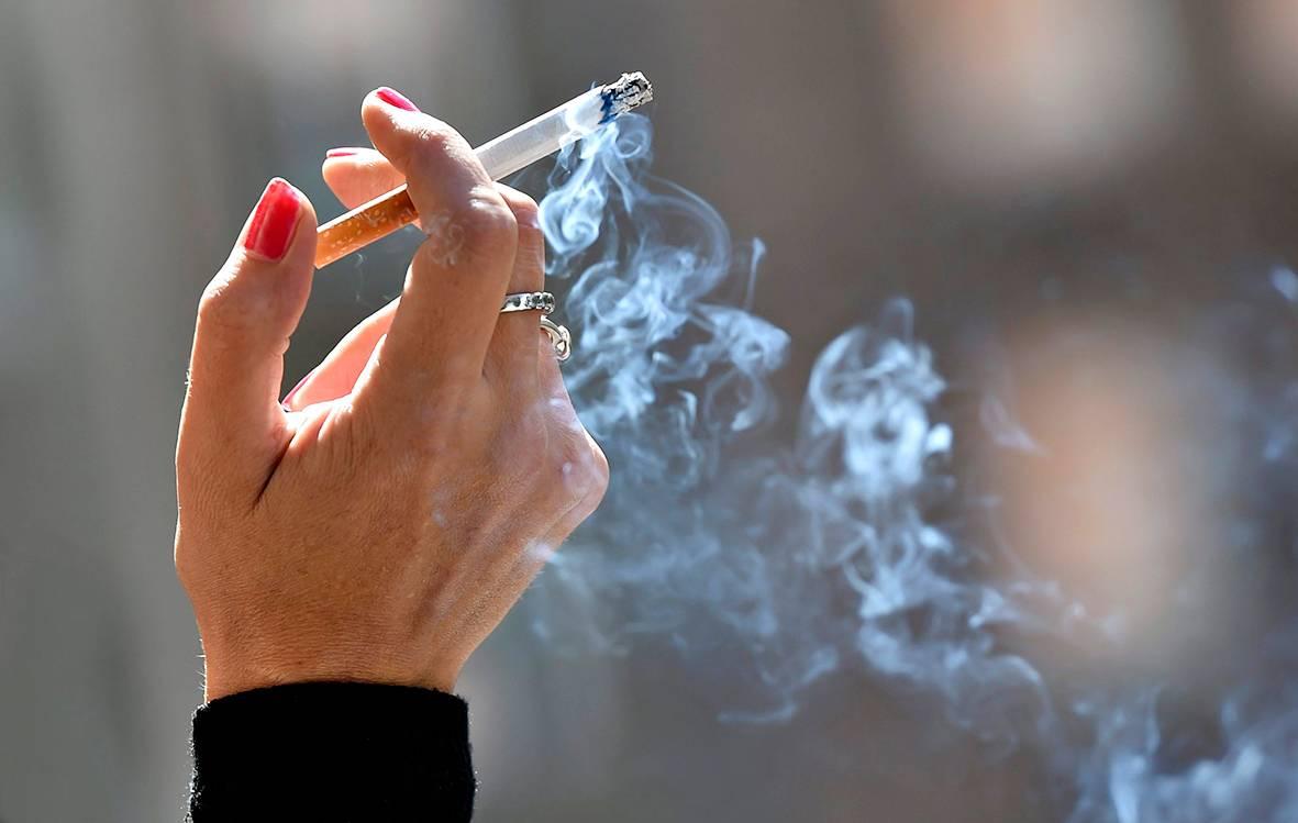Palava savuke kädessä.