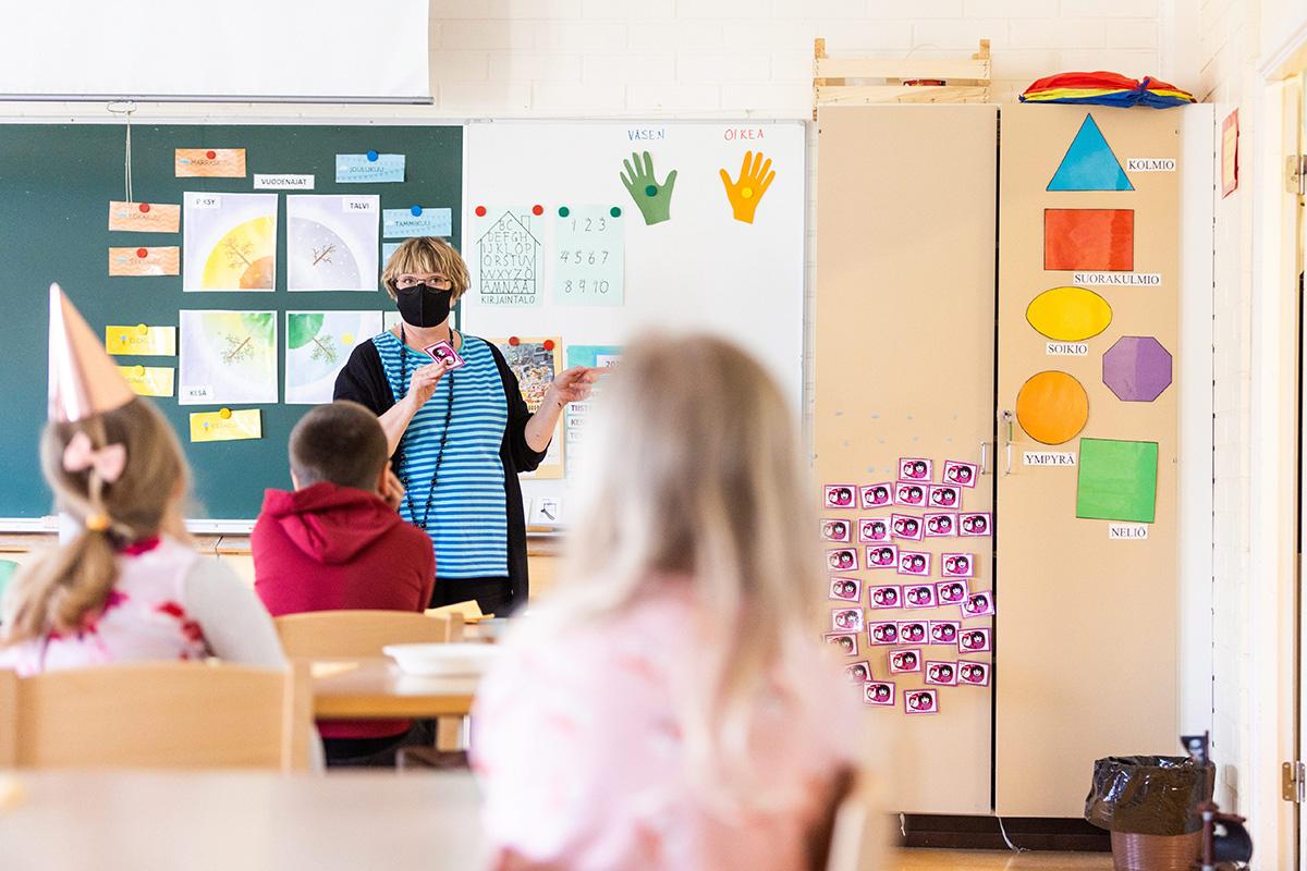 Opettaja ja oppilaita. Kuvituskuva.