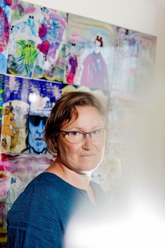Kuva- ja sarjakuvataiteilija Riitta Uusitalo työhuoneessaan Jyväskylän Energiatalossa.