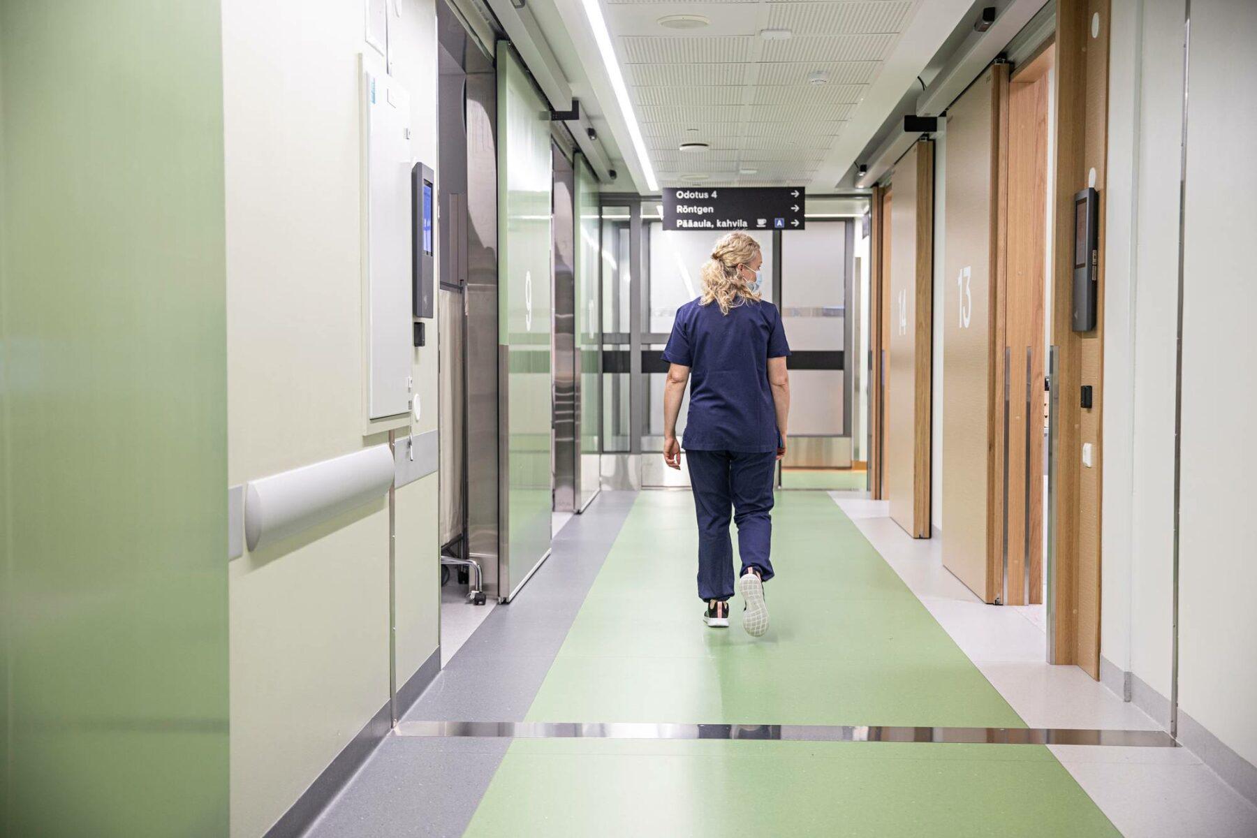 Sairaanhoitaja kävelee tauolle Kotkan keskussairaalan päivystysosastolla.