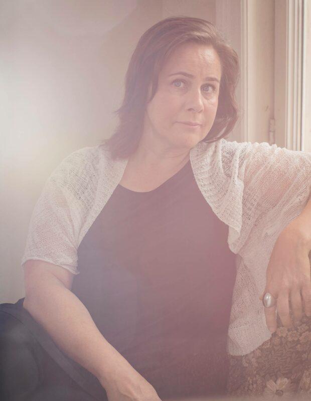 Käsikirjoittaja Kati Kaartinen työskentelee kirjailijatalo Villa Kivessä Helsingin Töölönlahdella.