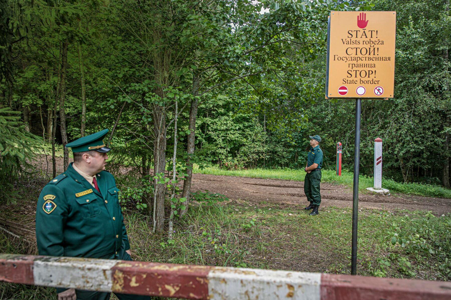 Majurit Pāvels Rogožins (vas.) ja Aleksander Sokolovs esittelivät Latvian ja Valko-Venäjän rajalinjaa. Rajaviranomaisten vaatimuksesta kuvasta on poistettu rajapyykin numero.