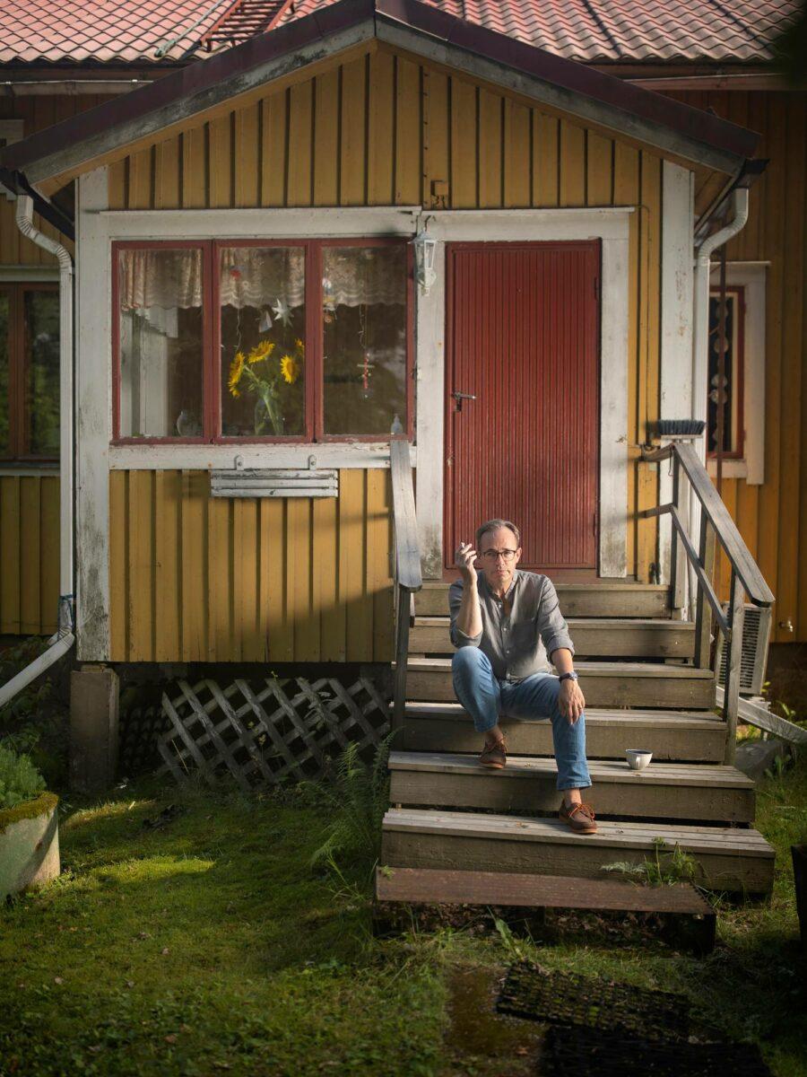 Kirjailija ja kääntäjä Stefan Moster kotitalonsa portailla Porvoossa.