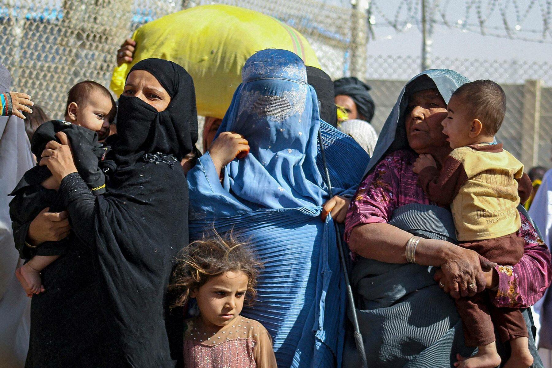 Afgaanit pyrkivät Pakistaniin Chamanin kaupungissa maiden rajalla 24. elokuuta.