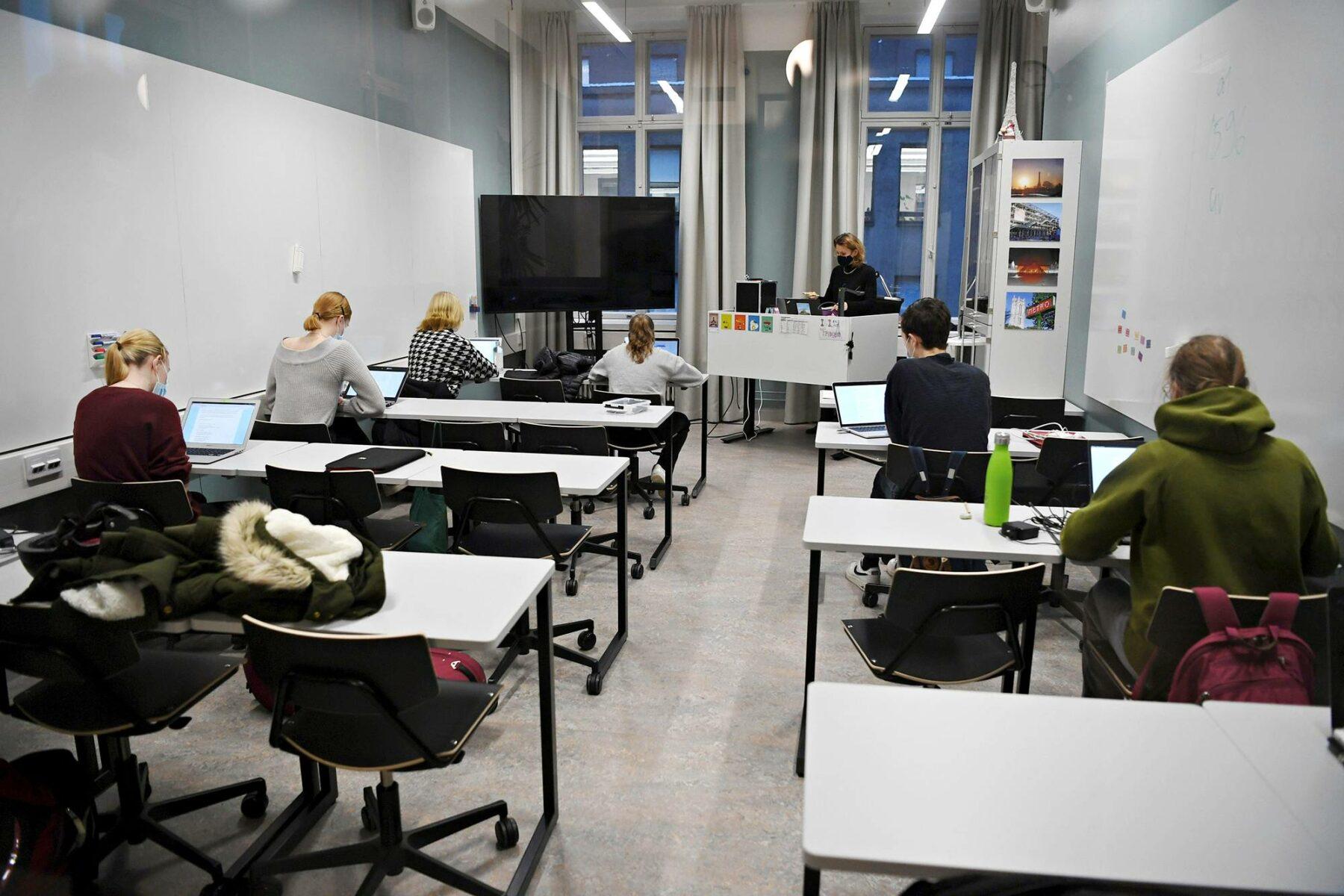 Lukiolaiset oppitunnilla Ressun lukiossa Helsingissä marraskuussa 2020.