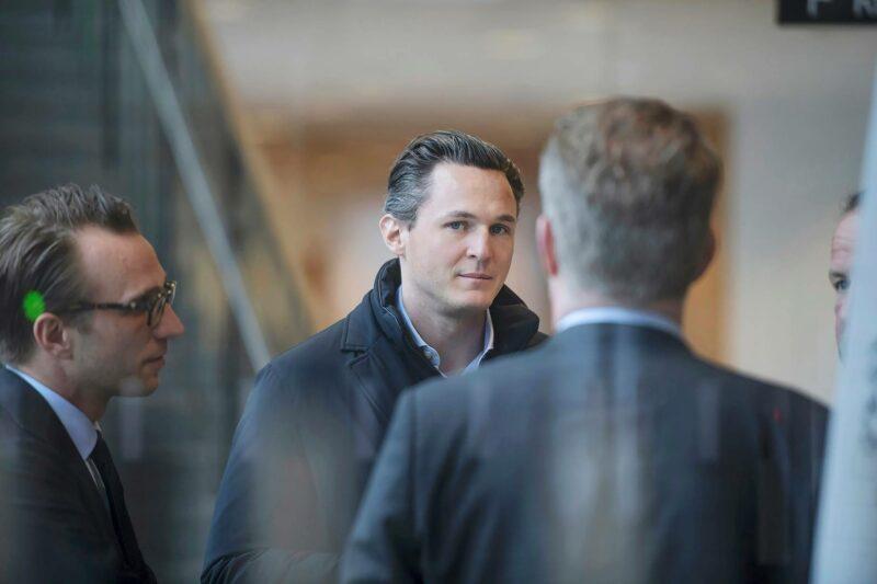 Allra-yhtiön perustaja Alexander Ernstberger odotti hovioikeuden istunnon alkua Tukholmassa 27. toukokuuta.