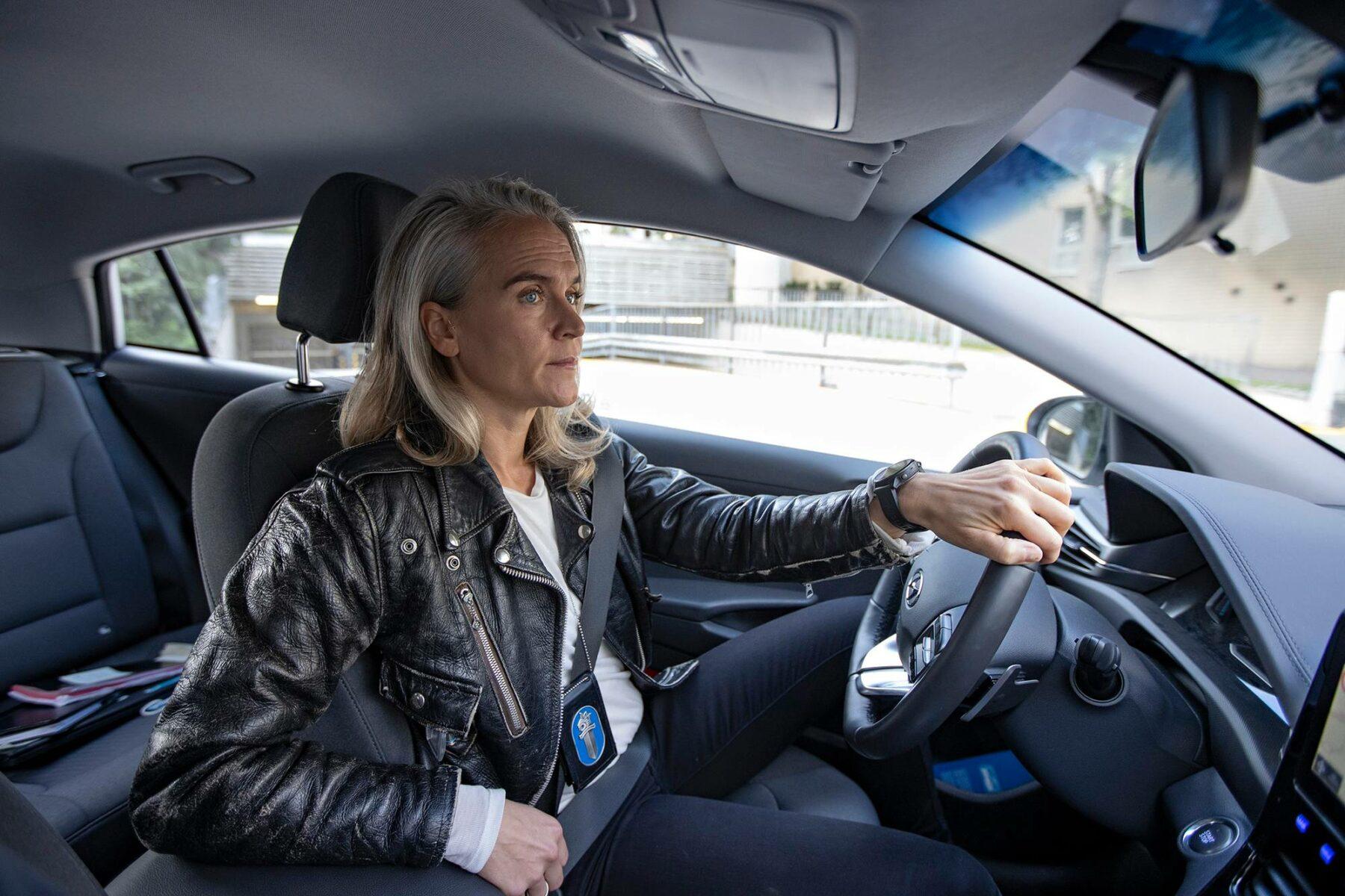 Vanhempi konstapeli Kristiina Komulainen liikkuu virka-autolla tapaamassa asiakkaita.