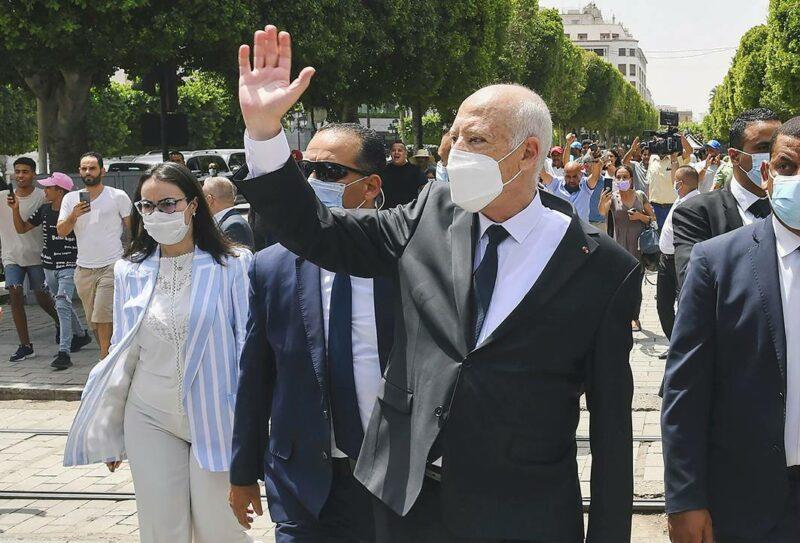 Presidentti Kais Saied tervehti kansalaisia Tunisissa 1. elokuuta.