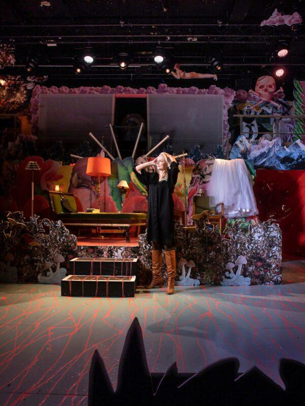 Kirjailija-käsikirjoittaja Aina Bergroth Kom-teatterin näyttämöllä. Lou Salomé -näytelmän lavasteet on toteuttanut Janne Vasama.