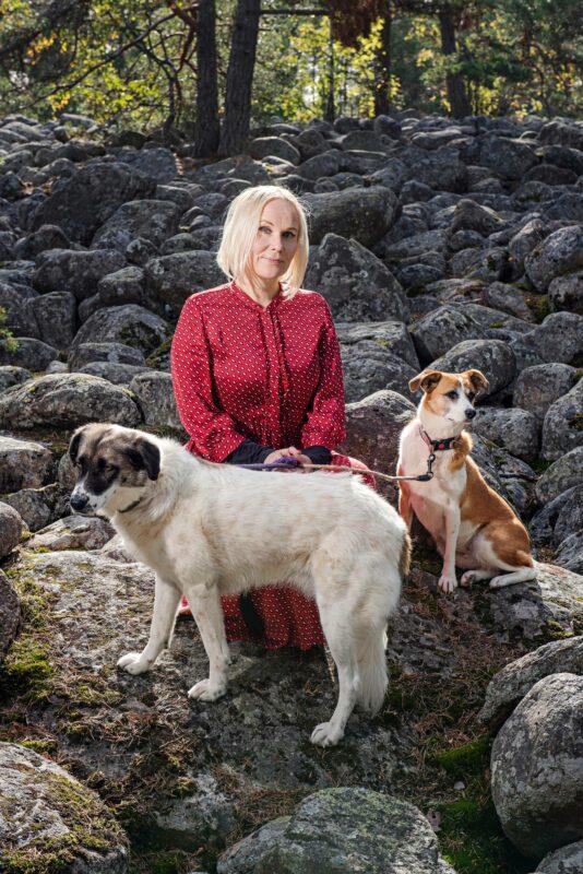 Ympäristöfilosofi Elisa Aaltola lähtee joskus lenkille vain Darlan (vas.) ja Siirin kanssa, koska kolmijalkainen koiravanhus Ida ei jaksa enää kävellä kovin paljon.