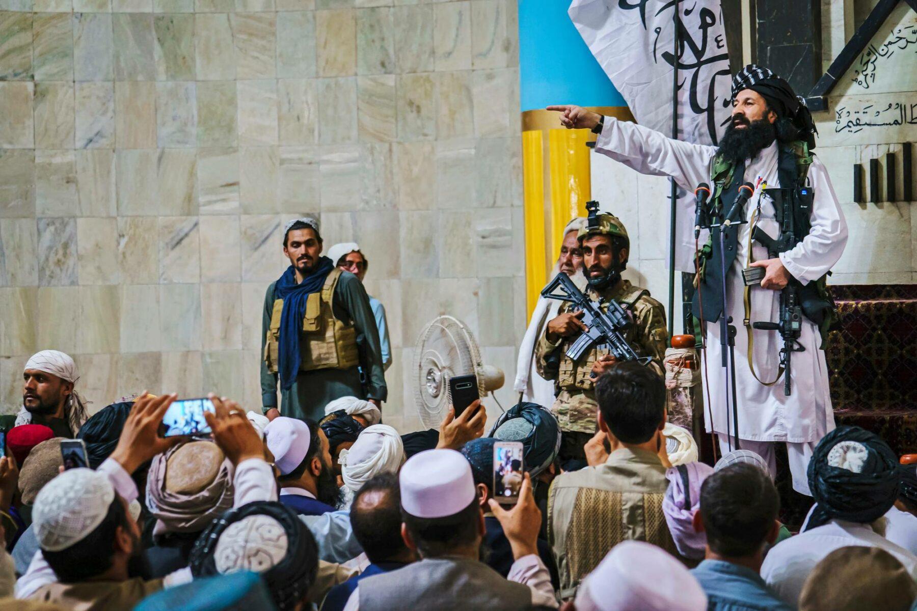 Khalil Haqqani Kabulissa 20. elokuussa. Haqqani-verkostolla on yhteyksiä Pakistanin sotilastiedustelupalvelu ISI:hin. Khalin Haqqani nimitettiin syyskuussa Afganistanin uuden hallituksen pakolaisasioista vastaavaksi ministeriksi.