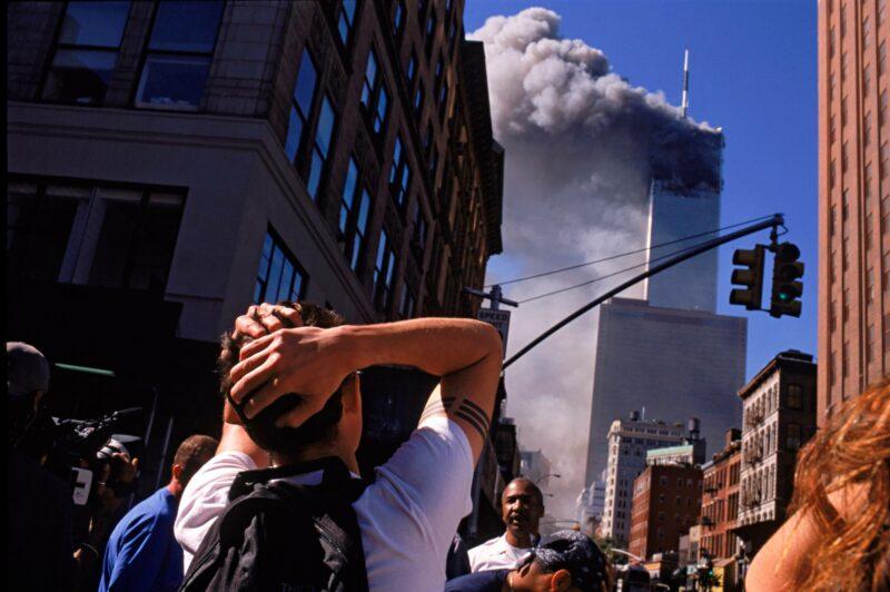 Väkijoukot pakenevat syyskuun 11. päivän aamuna Manhattanilla sen jälkeen kun kumpaankin WTC-torniin oli osunut kaapattu matkustajakone.