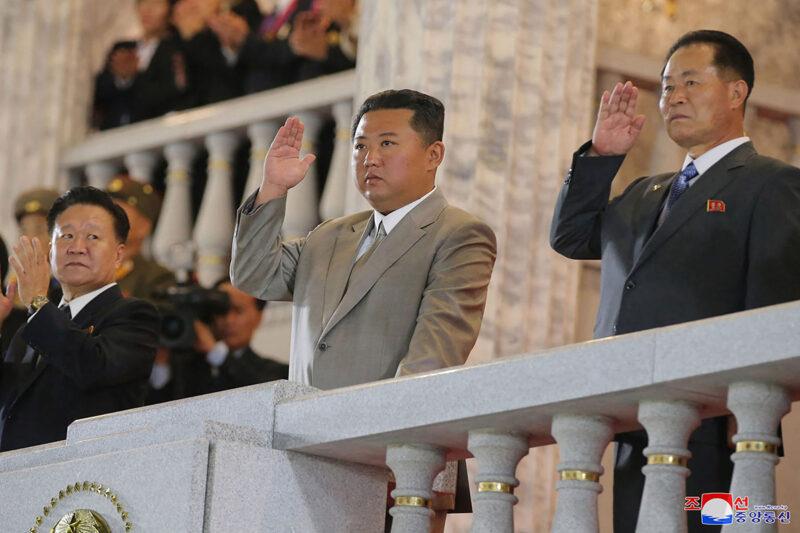 Kim Jong-un seurasi paraatia Pjongjangissa 9. syyskuuta 2021.