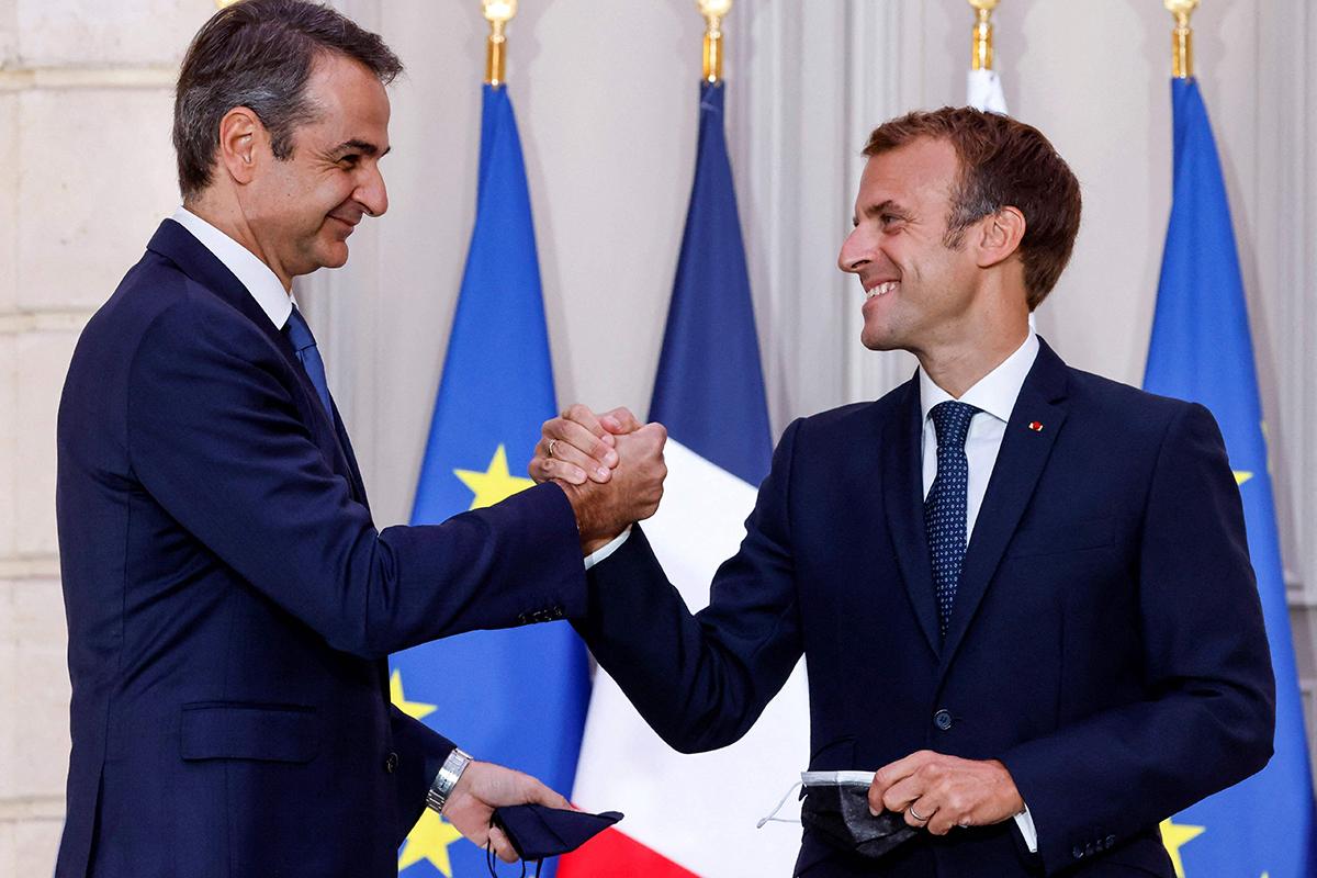 Kreikan pääministeri Kyriákos Mitsotákis ja Ranskan presidentti Emmanuel Macron allekirjoittivat puolustussopimuksen Pariisissa 28. syyskuuta 2021. Kreikka on sopinut ostavansa Ranskalta fregatteja, hävittäjiä se hankki jo aiemmin.