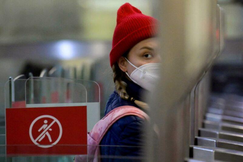 Matkustaja kulki 23. syyskuuta 2021 Moskovassa Turgenevskajan metroaseman porteista, joissa on kasvot tunnistava kamera. Metromatkansa voi maksaa Face Pay -järjestelmän kautta.