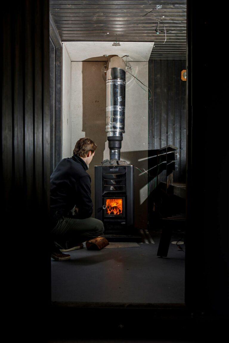 Projektitutkija Juho Louhisalmi varmistaa puukiukaan tulen tehoa.