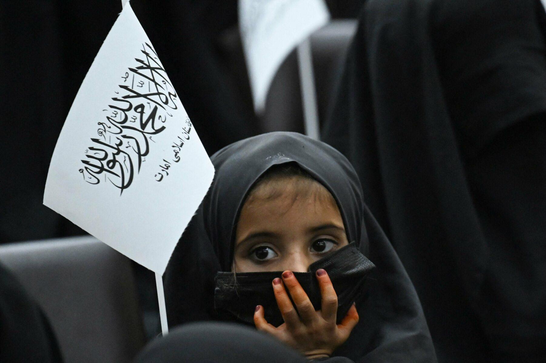 Hunnutettu tyttö matkalla Talibania kannattavaan mielenilmaukseen Kabulissa 11. syyskuuta. Tilaisuus järjestettiin Talibanin aloitteesta.