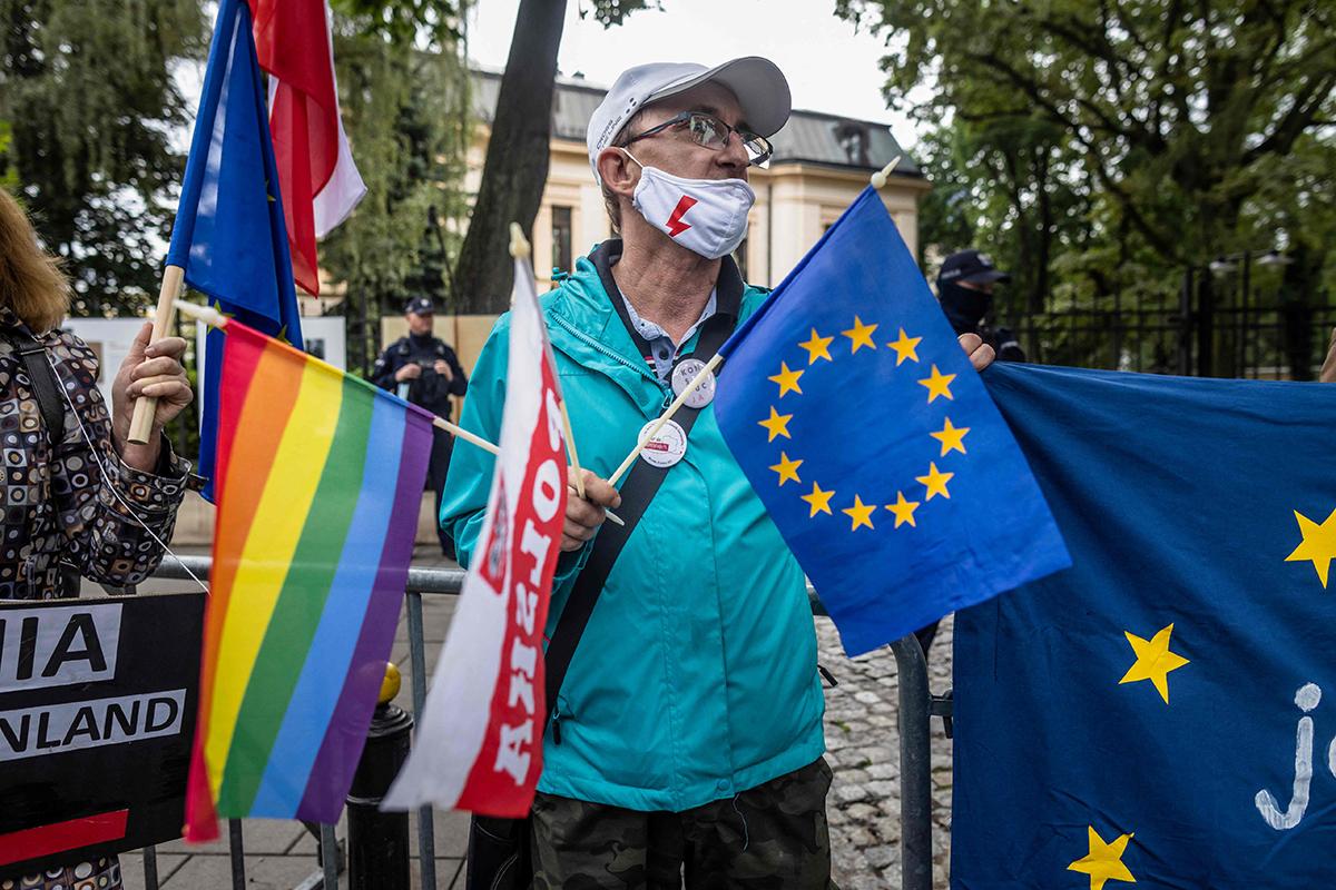 Mielenosoittaja Varsovassa 31. elokuuta 2021.