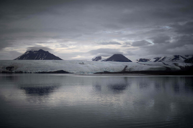 Jäätikkö sulaa Norjan Svalbardissa syyskuussa 2021.