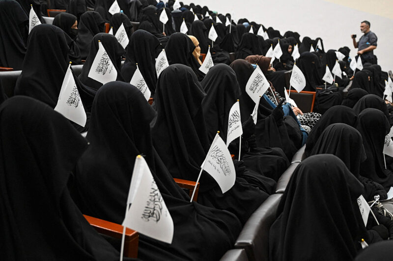 Hunnutettuja opiskelijoita Talibania tukevassa tilaisuudessa Kabulin yliopiston opettajankoulutuslaitoksella 11. syyskuuta.