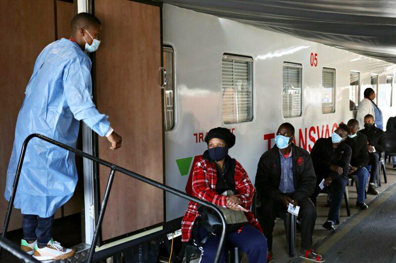 Etelä-Afrikassa junasta tehtiin rokotuskeskus, jotta rokotteen jakelu syrjäseuduille helpottuisi.
