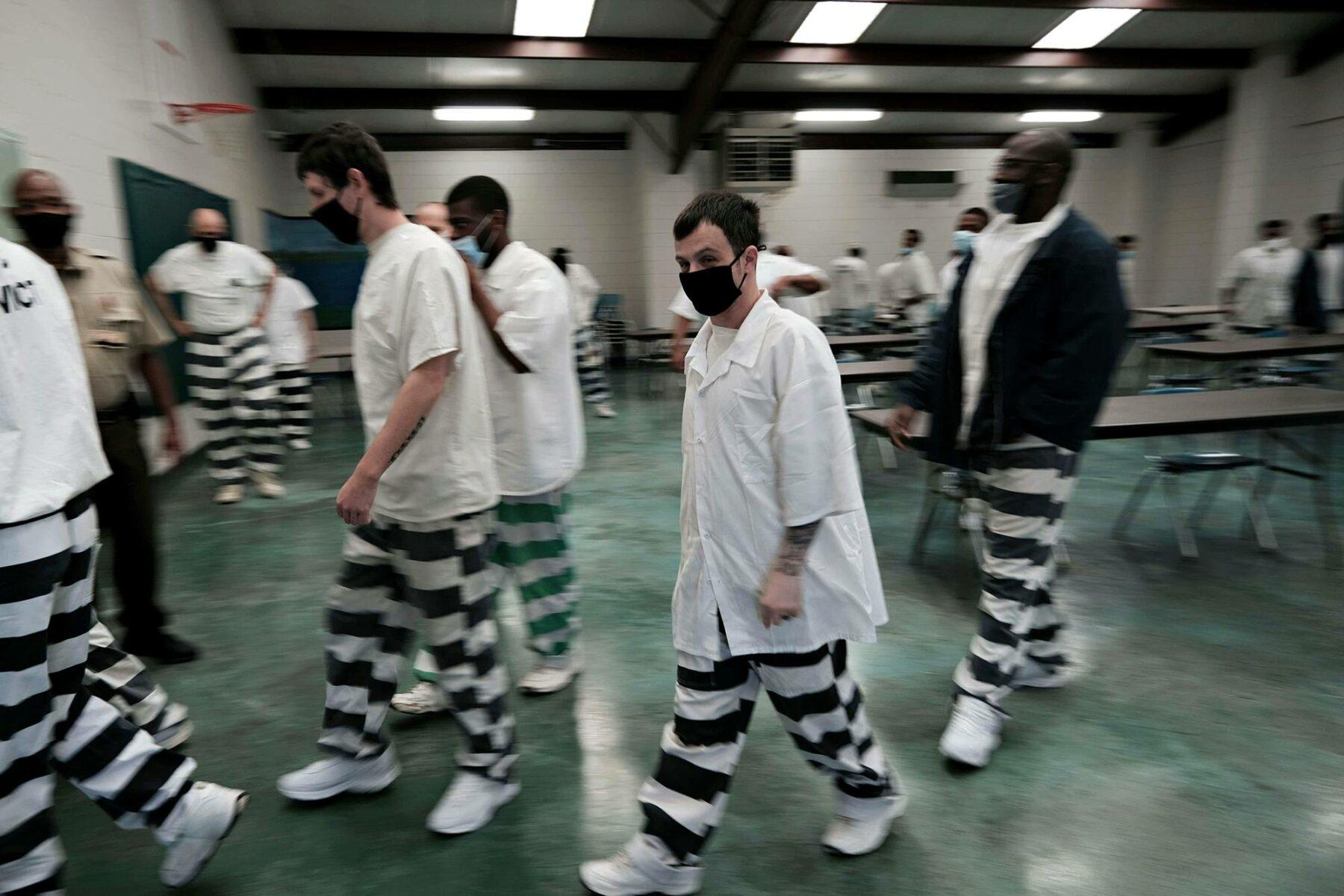 Vankeja menossa rokotukseen Clevelandissä 28. huhtikuuta.
