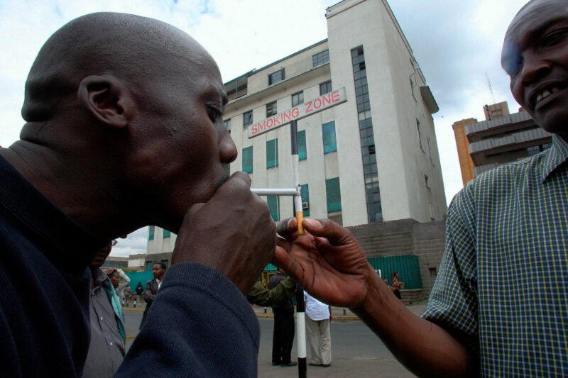 Toimistotyöläisiä Kenian Nairobissa, missä tupakointialueita alettiin rajata vuonna 2007.