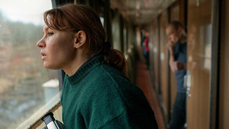 Laura (Seidi Haarla) tekee pitkän matkan.