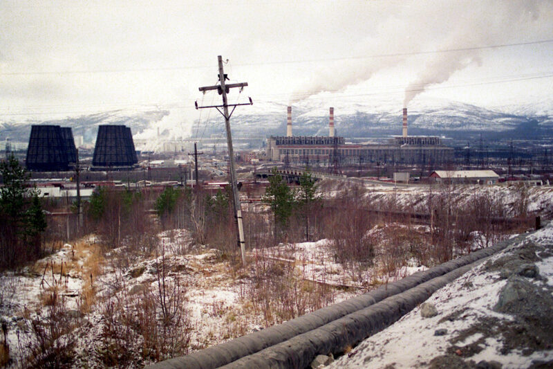 Montšegorskin sulatto vuonna 1989. Nyt suljettu sulatto oli aikanaan Euroopan neljänneksi suurin rikkidioksidin päästölähde.