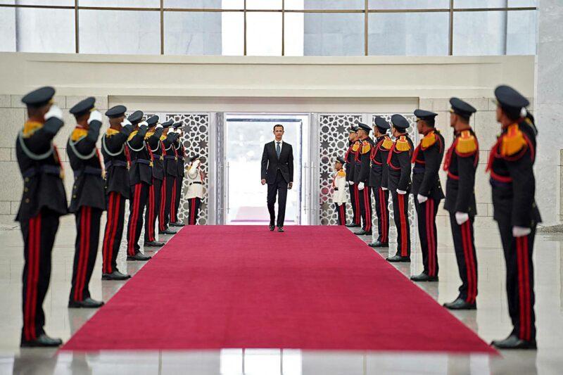 Bašar al-Assad saapumassa neljännen presidentinkautensa virkaanastujaisiin heinäkuussa 2021.
