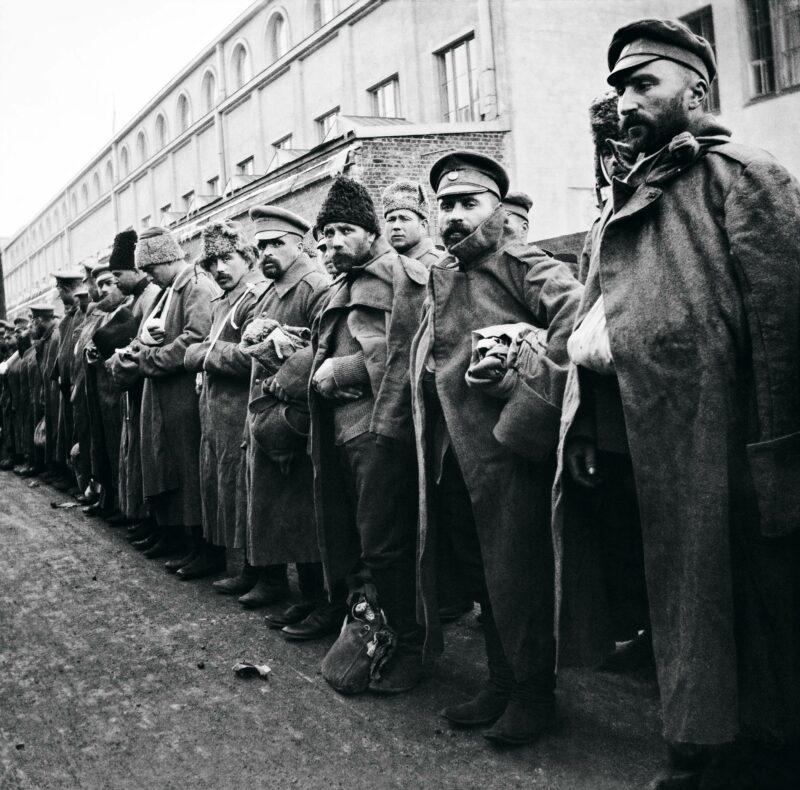 Haavoittuneita venäläissotilaita huhtikuussa 1915 Helsingin rautatieasemalla.