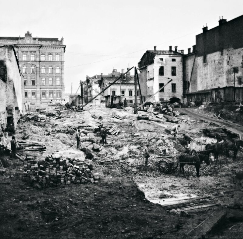 Kadunrakennustöitä nykyisen Keskuskadun kohdalla vuonna 1918. Timiriasew tallensi Helsingin muutosta, ja kuvia julkaistiin kuvalehdissä.