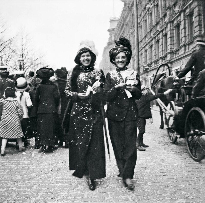 """Vapunviettoa Pohjoisesplanadilla vuonna 1912. Kuva julkaistiin Veckans Krönikassa kuvatekstillä """"Täällä ei tunneta ikävää!"""""""