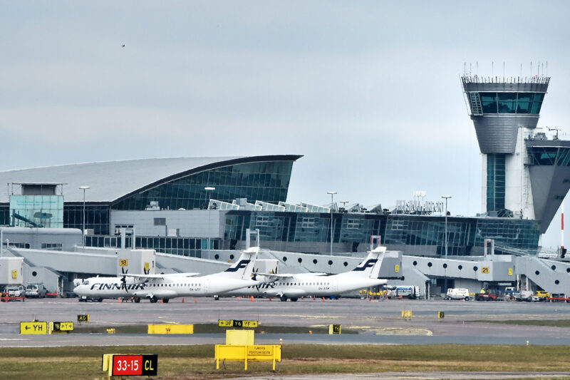 Finnairin lentokoneita Helsinki-Vantaalla huhtikuussa 2021.