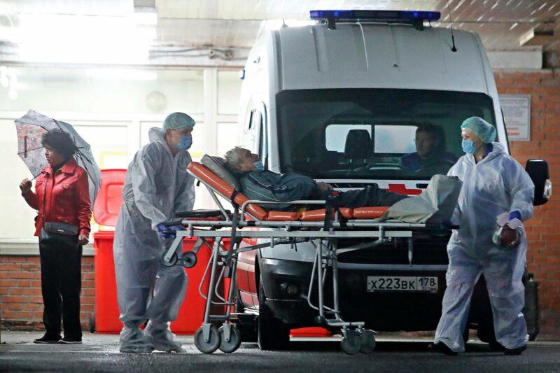 Ambulanssi toi potilaan koronaa hoitavaan Pokrovskajan sairaalaan Pietarissa lokakuussa.