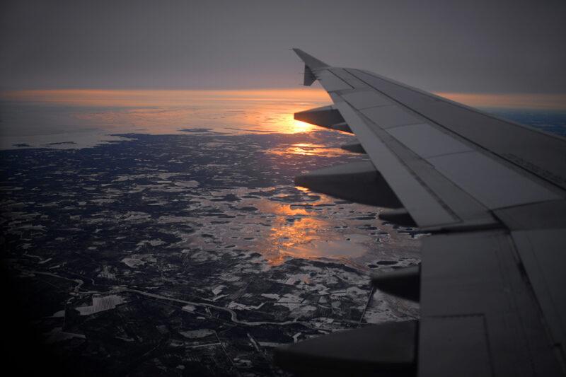 Näkymä lentokoneen ikkunasta. Kritiikkiä on herättänyt muun muassa lentämisen ja lomamatkojen mainostaminen.