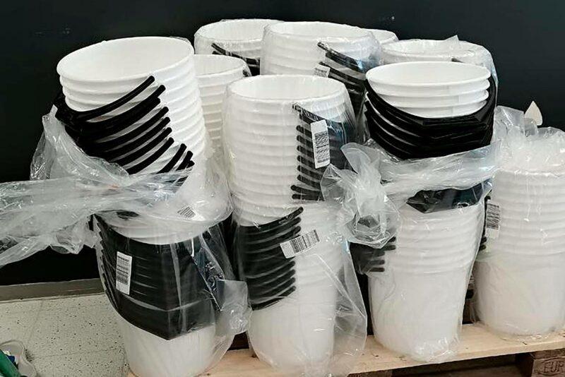 Kainuulainen yrittäjä lahjoitti tuhat ämpäriä jaettavaksi koronarokotteen ottaneille Kajaanissa.