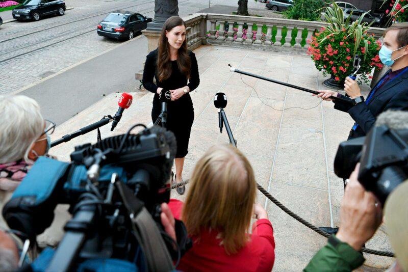 Pääministeri Sanna Marin puhui toimittajille saapuessaan Säätytalolle syyskuussa 2020. Nykypoliitikot tuntevat hyvin median toimintalogiikan.