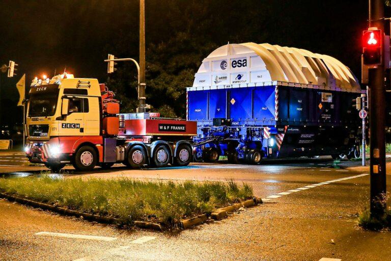 Rekka veti James Webb -teleskoopin laukaisuun käytettävän Ariane-kantoraketin ylempiää vaihetta Ranskan Guayanassa.