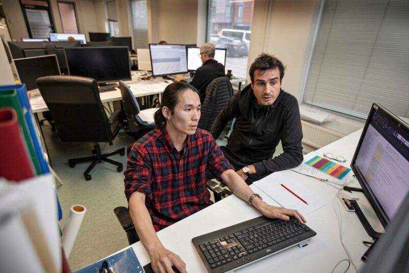 Korealainen Hanmo Gu (vas.) ja portugalilainen Bruno Vaz työskentelevät arkkitehtitoimistossa.