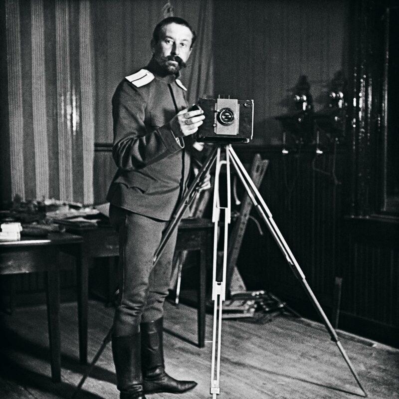 Ivan Timiriasew kameroineen. Kuva ajoittunee 1800–1900-lukujen vaihteeseen, jolloin hän aloitteli valokuvaamista.