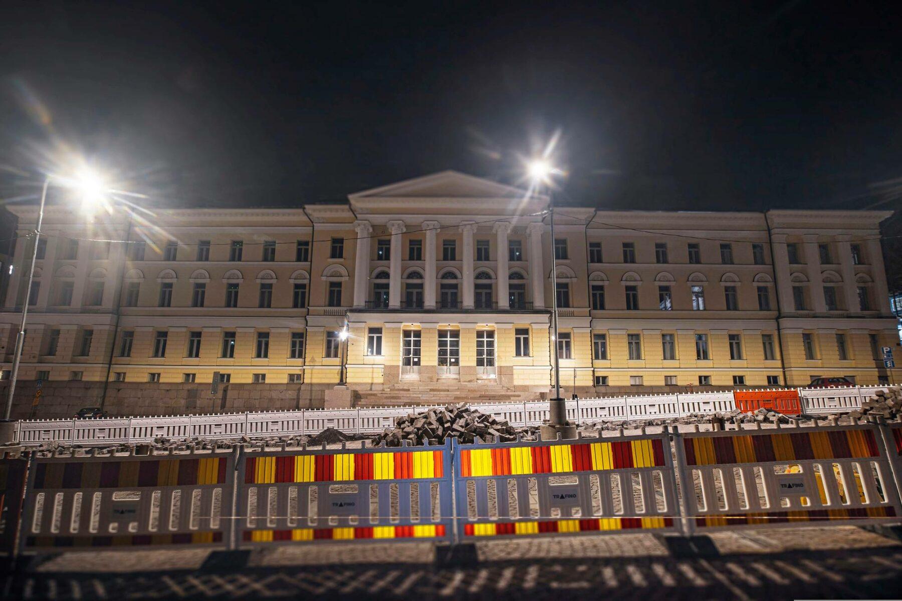 Helsingin yliopistossa työskentelee yli 8100 ihmistä. Päärakennus Senaatintorin laidassa.