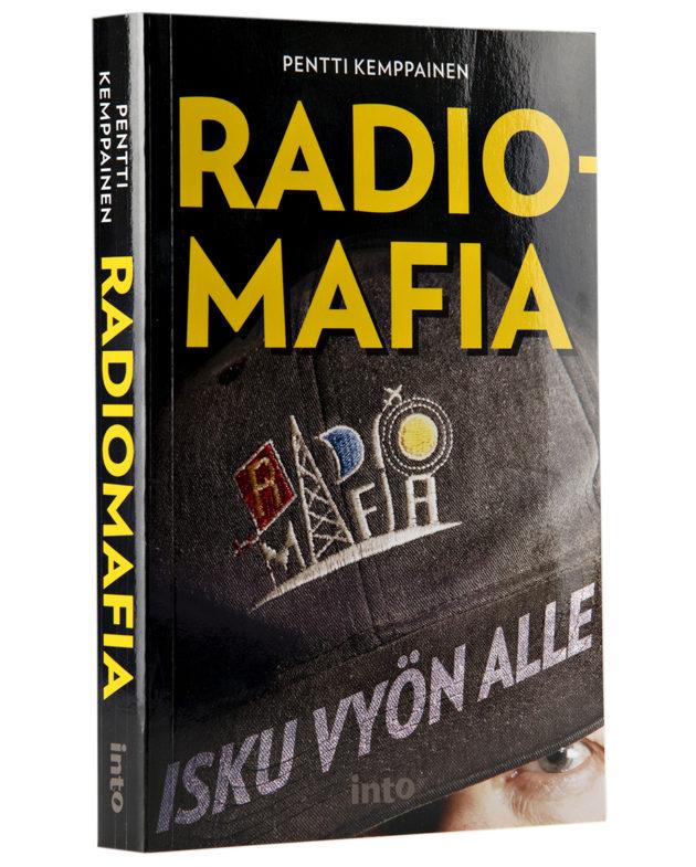 Pentti Kemppainen: Radiomafia–isku vyön alle. 294 s. Into, 2018.