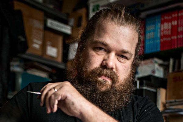 Kirjailija Jaakko Yli-Juonikas Turun Liikennekaupungissa.
