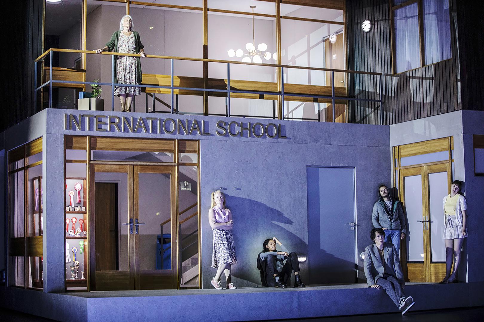 Innocence-oopperan tragedia käynnistyy koulumiljöössä.