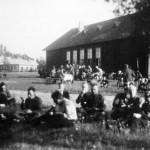 ◼Pohjanmaalaisia osallistui linnoitustöihin Kivennavalla vuonna 1939. Taustalla kirkonkylän kunnalliskoti.
