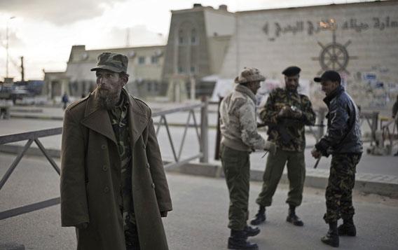 aseistettuja libyalaismiehiä vapauden aukiolla